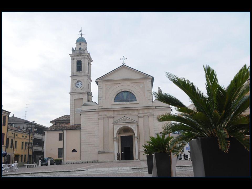 Si léglise est bien celle de Brescello pour lextérieur, pour des raisons de tournage les intérieurs furent tournés dans léglise de Guastalla un villag