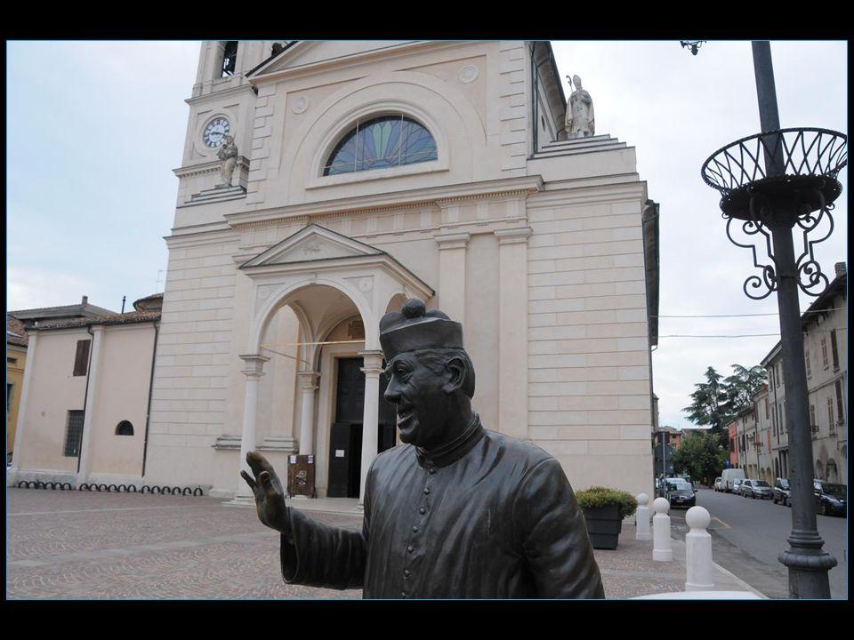 La statue en bronze de Peppone à lentrée de la mairie et à lentrée de léglise celle de don Camillo sont des œuvres dAndrea Zangani