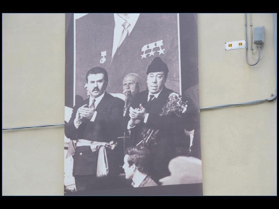 de nombreuses affiches des deux personnages, tirées des films, garnissent plusieurs façades
