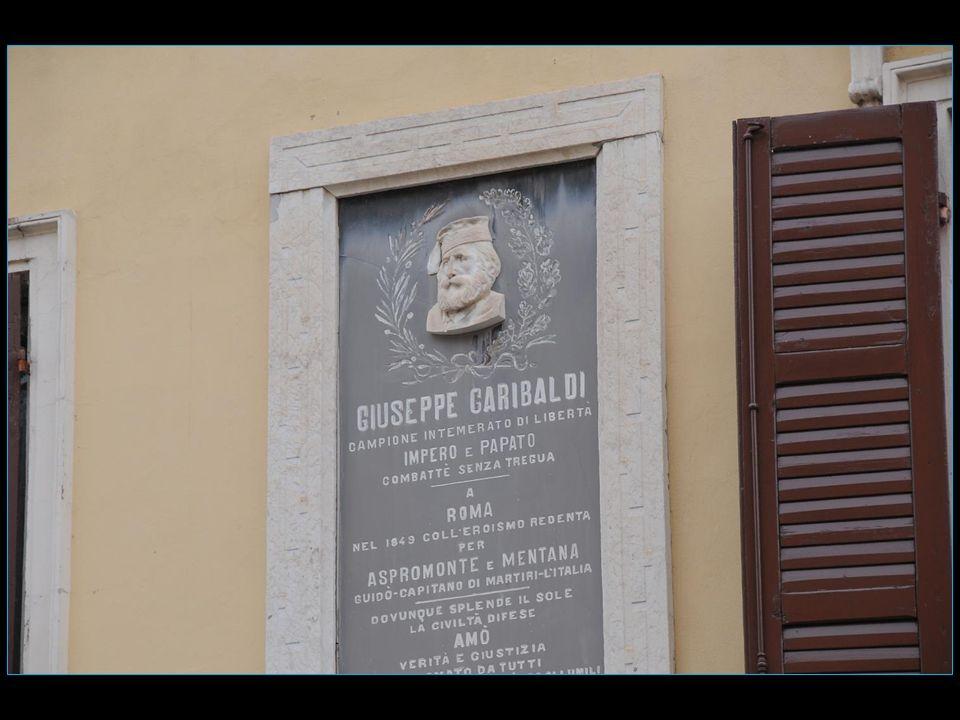 sur une façade tout de même une plaque en hommage à Garibaldi