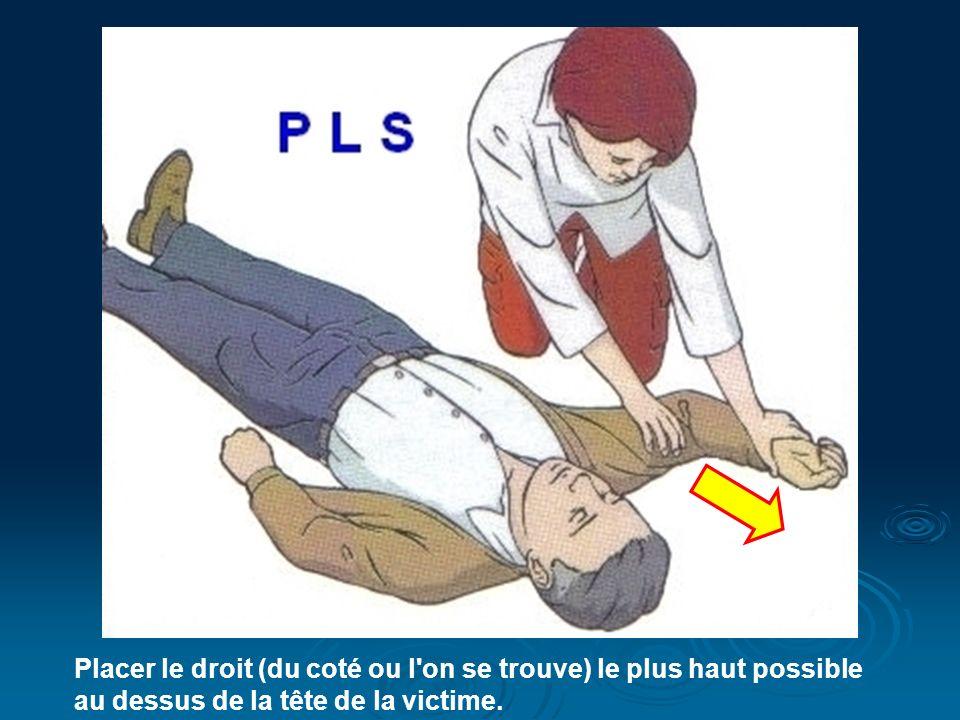 Placer le droit (du coté ou l on se trouve) le plus haut possible au dessus de la tête de la victime.