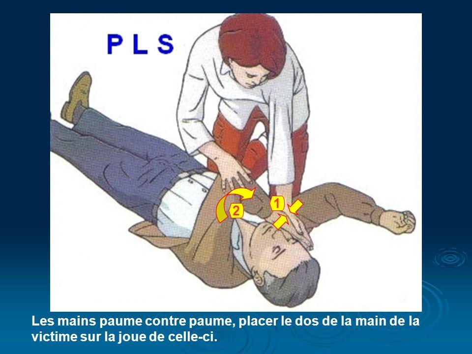 Les mains paume contre paume, placer le dos de la main de la victime sur la joue de celle-ci. 1 2