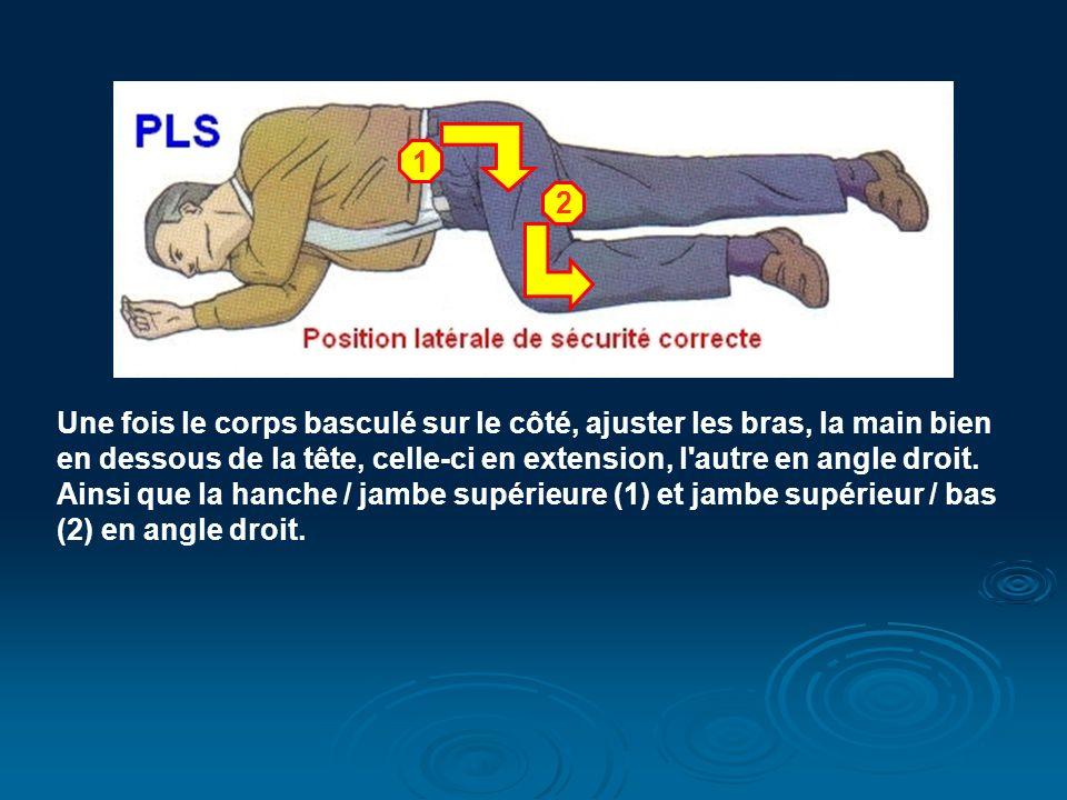 Une fois le corps basculé sur le côté, ajuster les bras, la main bien en dessous de la tête, celle-ci en extension, l autre en angle droit.