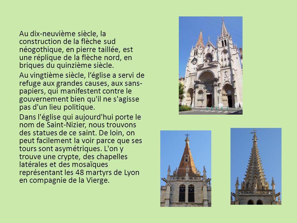 Au dix-neuvième siècle, la construction de la flèche sud néogothique, en pierre taillée, est une réplique de la flèche nord, en briques du quinzième s