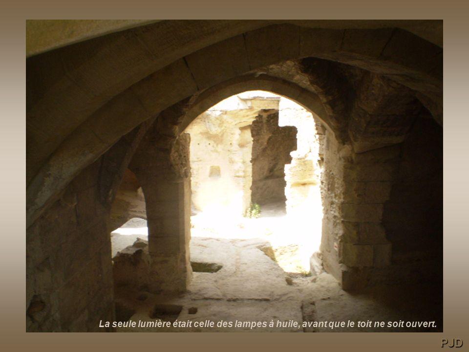 Le toit de la chapelle a été ouvert par les carriers pour faire entrer la lumière. PJD