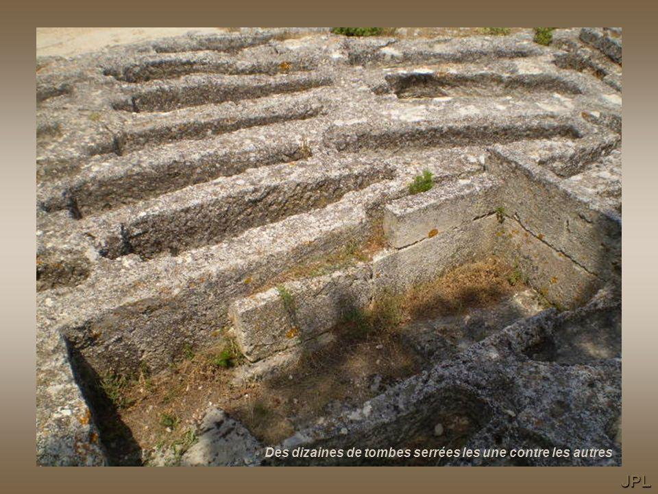 … des marches romaines, on approche ! Les tombes sont creusées dans le calcaire PJD