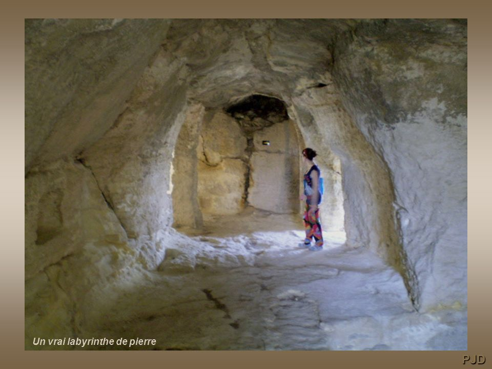 une construction pitoyable… par un adepte de la déculturation La nécropole domine la vallée du Rhône PJD