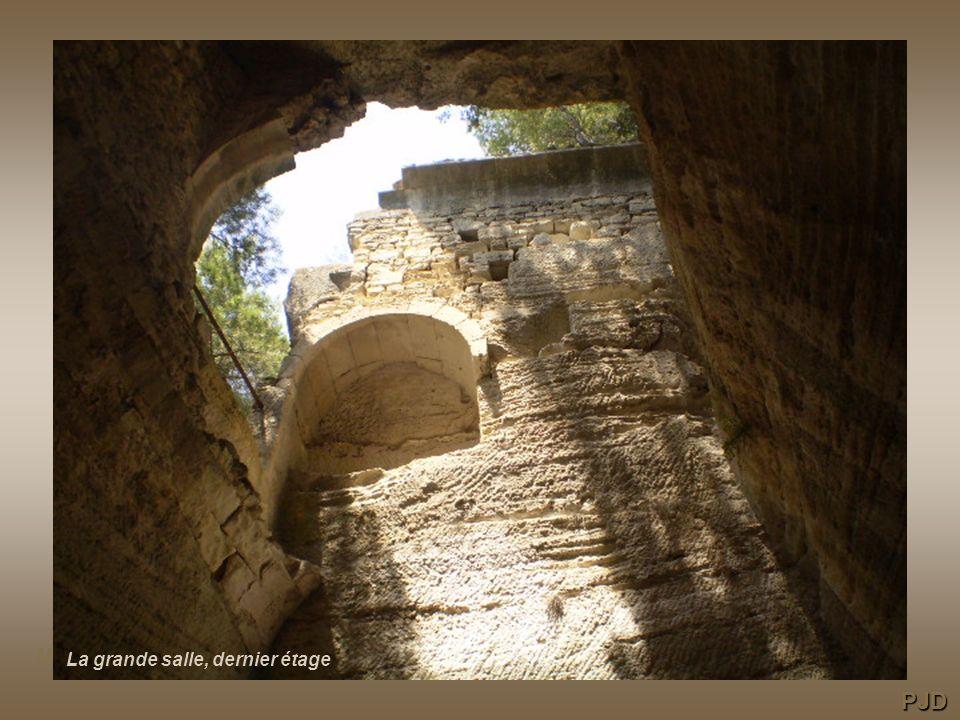 La grande salle / autrefois dotée de 3 niveaux, le plus bas avec des voûtes darêtes, le second une voûte en plein cintre le dernier dont le plafond est le rocher, cette salle est entièrement taillée dans le calcaire.