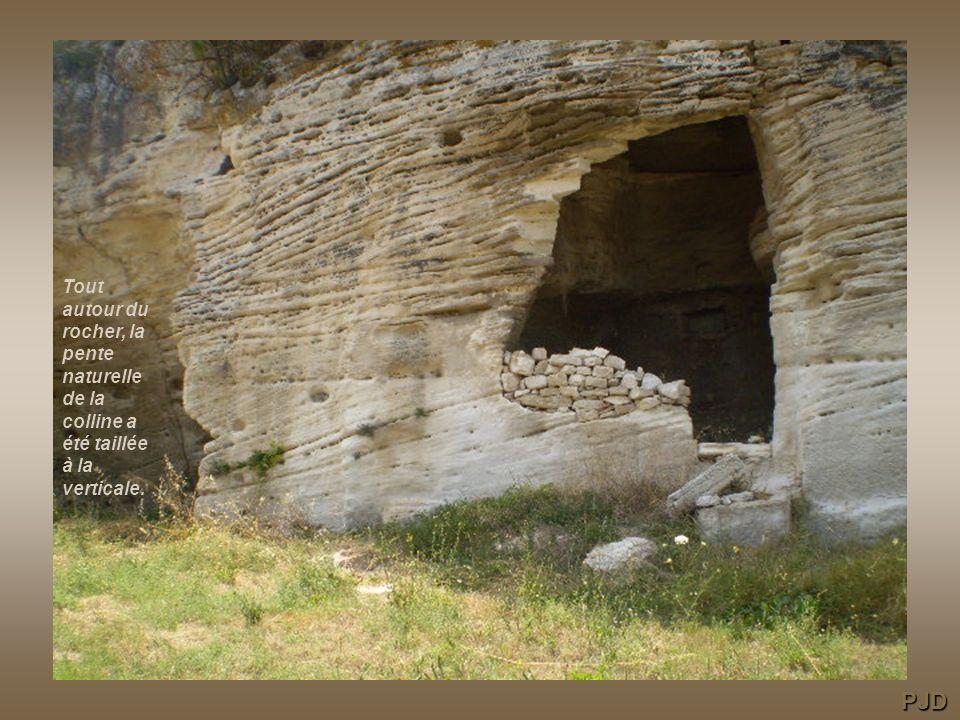 Le tour du rocher : la plus radicale transformation fut la taille de la pente naturelle de la colline, le creusement dun grand fossé lentourant et laj