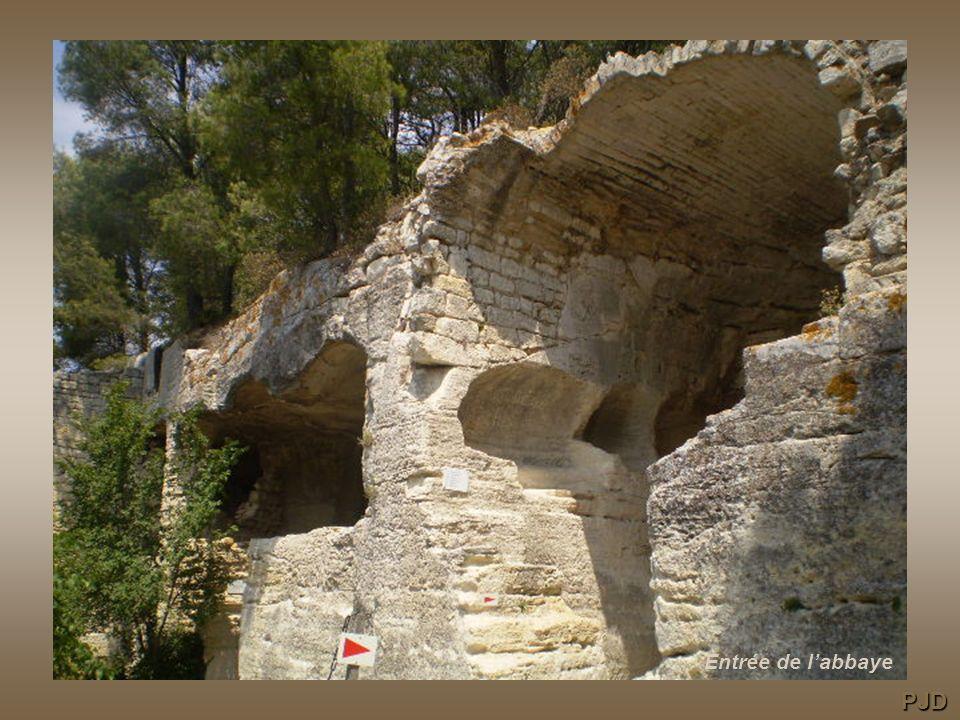 Le fossé, la rampe et le pont La grande salle Le pressoir à vin médiéval Les cellules des moines Les tombes rupestres de la terrasse Le tour du rocher