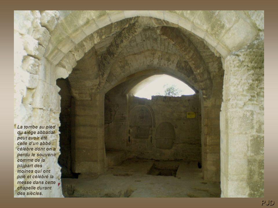 La tombe au pied du siège abbatial peut avoir été celle dun abbé célèbre dont on a perdu le souvenir comme de la plupart des moines qui ont prié et célébré la messe dans cette chapelle durant des siècles.