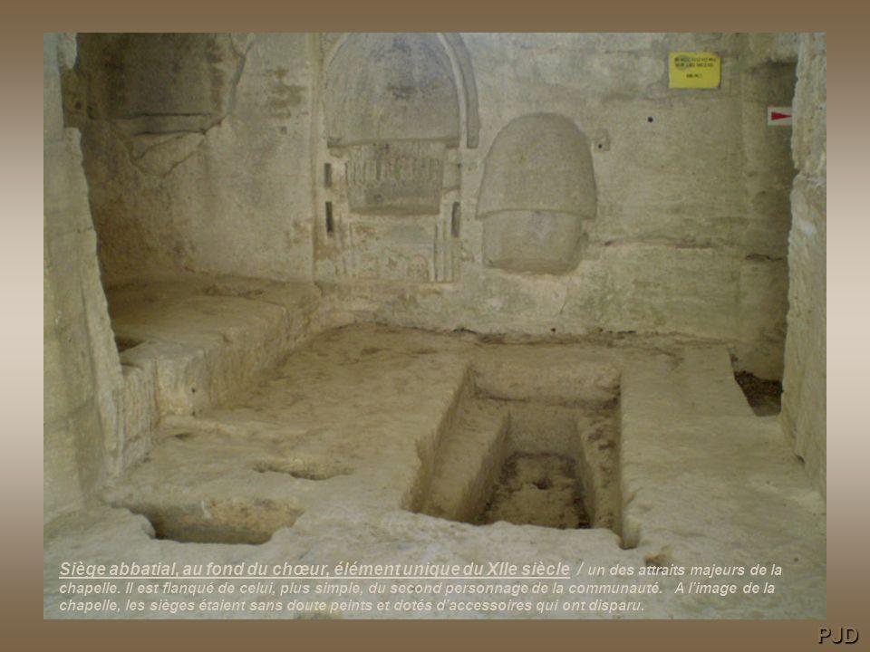 Siège abbatial, au fond du chœur, élément unique du XIIe siècle / un des attraits majeurs de la chapelle.
