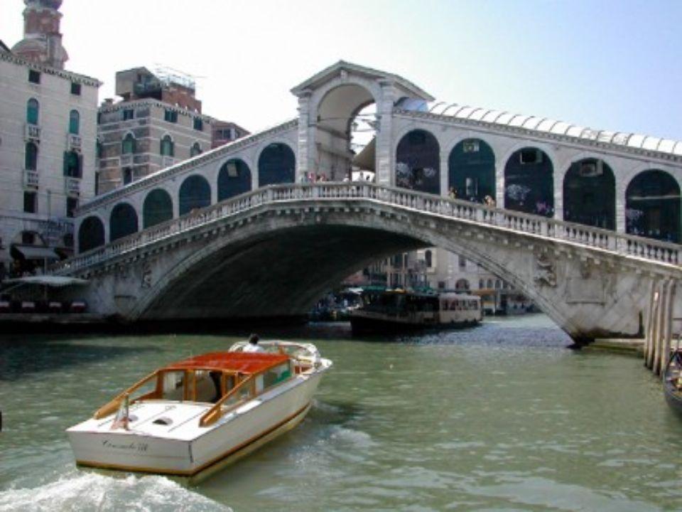 PONT RIALTO Venise Italie En plein cœur de cette ville bâti sur une lagune se trouve le pont le plus prestigieux et peut-être même le plus célèbre du