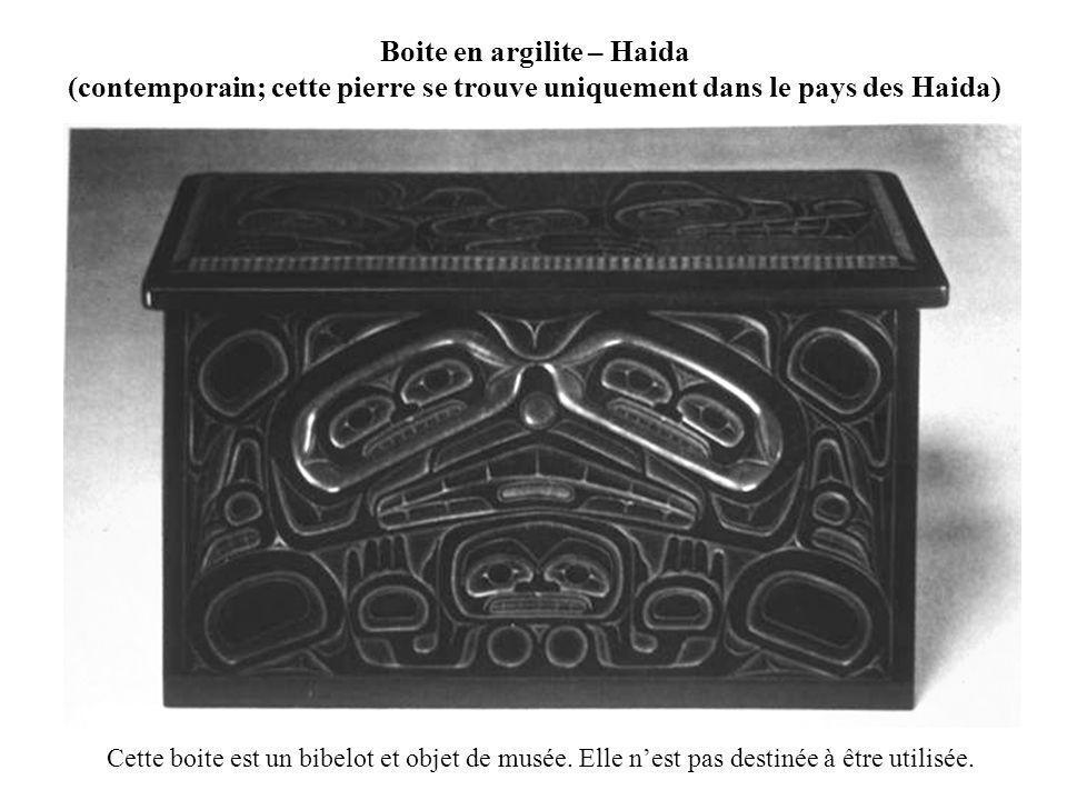 Boite en argilite – Haida (contemporain; cette pierre se trouve uniquement dans le pays des Haida) Cette boite est un bibelot et objet de musée. Elle