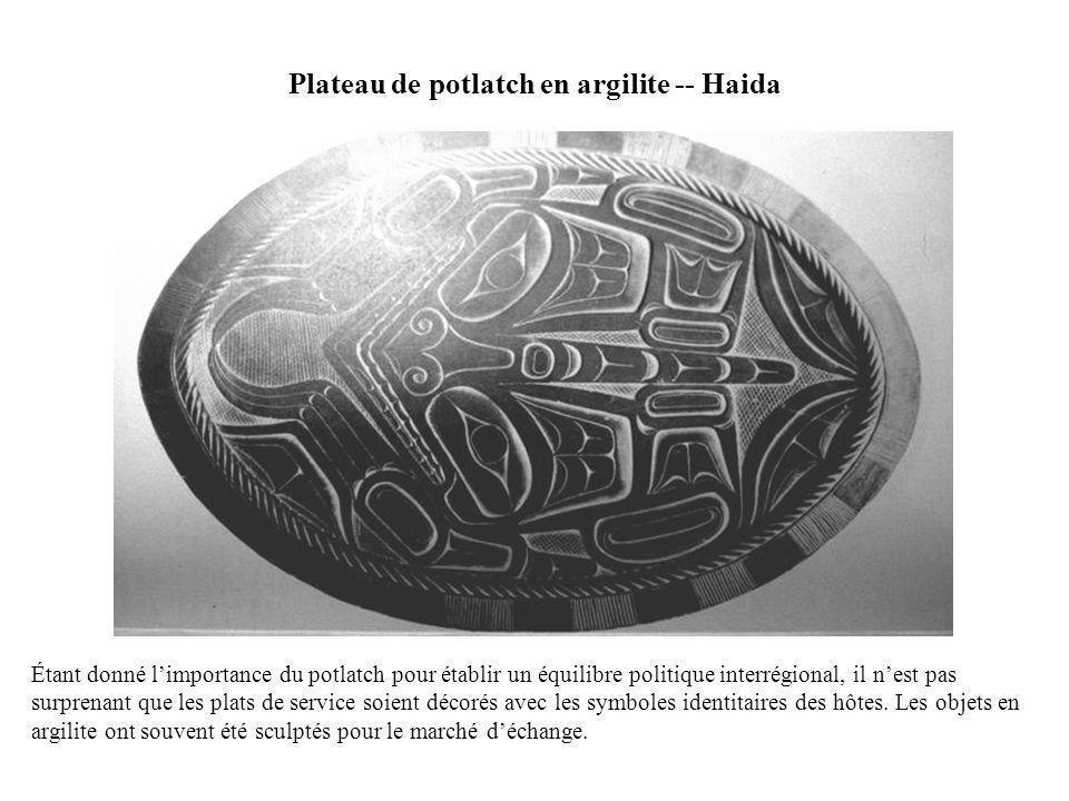 Plateau de potlatch en argilite -- Haida Étant donné limportance du potlatch pour établir un équilibre politique interrégional, il nest pas surprenant