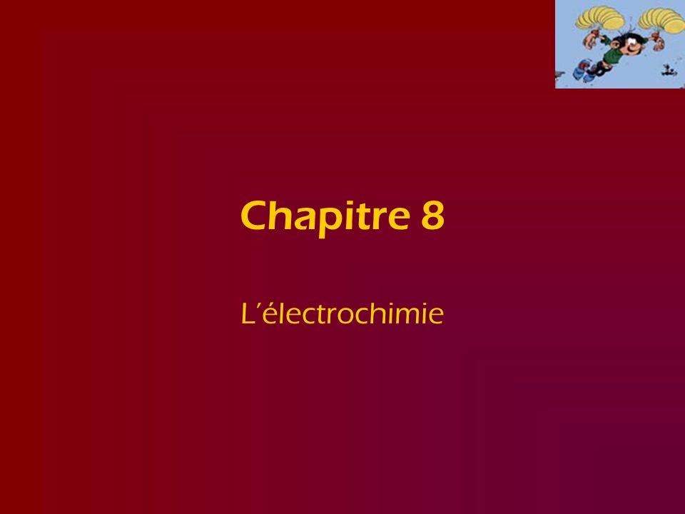 8.1 Une description qualitative des piles voltaïques Au lieu deffectuer la réaction Cu 2+ (aq) + Zn (s) Zn 2+ (aq) + Cu (s) dans un récipient, on fait en sorte les demi-réactions : demi-réaction de réduction :Cu 2+ (aq) + 2 e - Cu (s) demi-réaction doxydation :Zn (s) Zn 2+ (aq) + 2 e - se produisent chacune dans un récipient distinct (demi-piles); les électrons qui vont de Zn (le réducteur) vers Cu 2+ (loxydant) doivent alors passer par lintermédiaire dun conducteur (le plus souvent un fil de cuivre), doù la présence dun courant électrique.