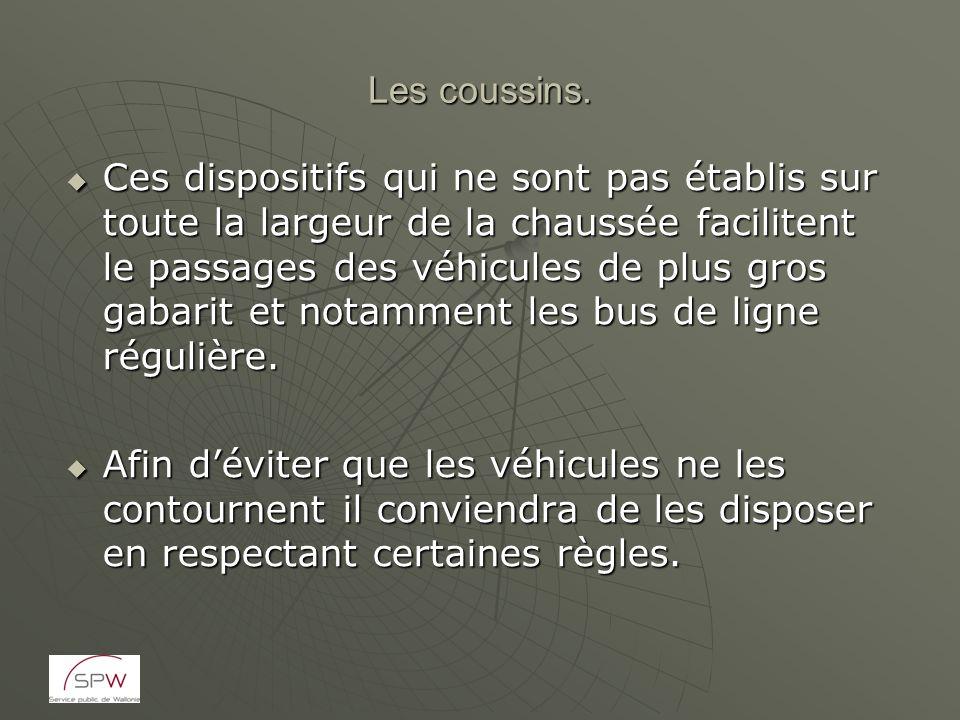 Les coussins. Ces dispositifs qui ne sont pas établis sur toute la largeur de la chaussée facilitent le passages des véhicules de plus gros gabarit et