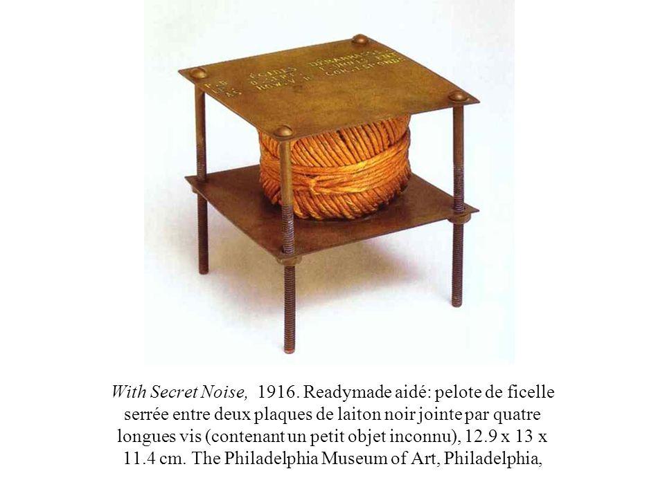 With Secret Noise, 1916. Readymade aidé: pelote de ficelle serrée entre deux plaques de laiton noir jointe par quatre longues vis (contenant un petit