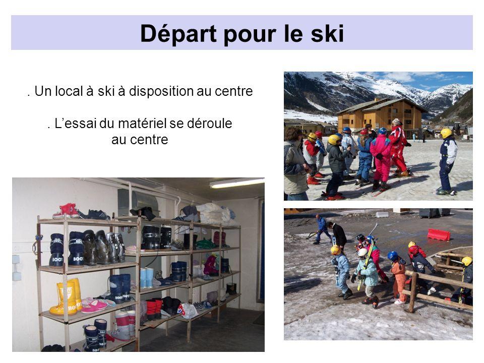 Départ pour le ski. Un local à ski à disposition au centre. Lessai du matériel se déroule au centre