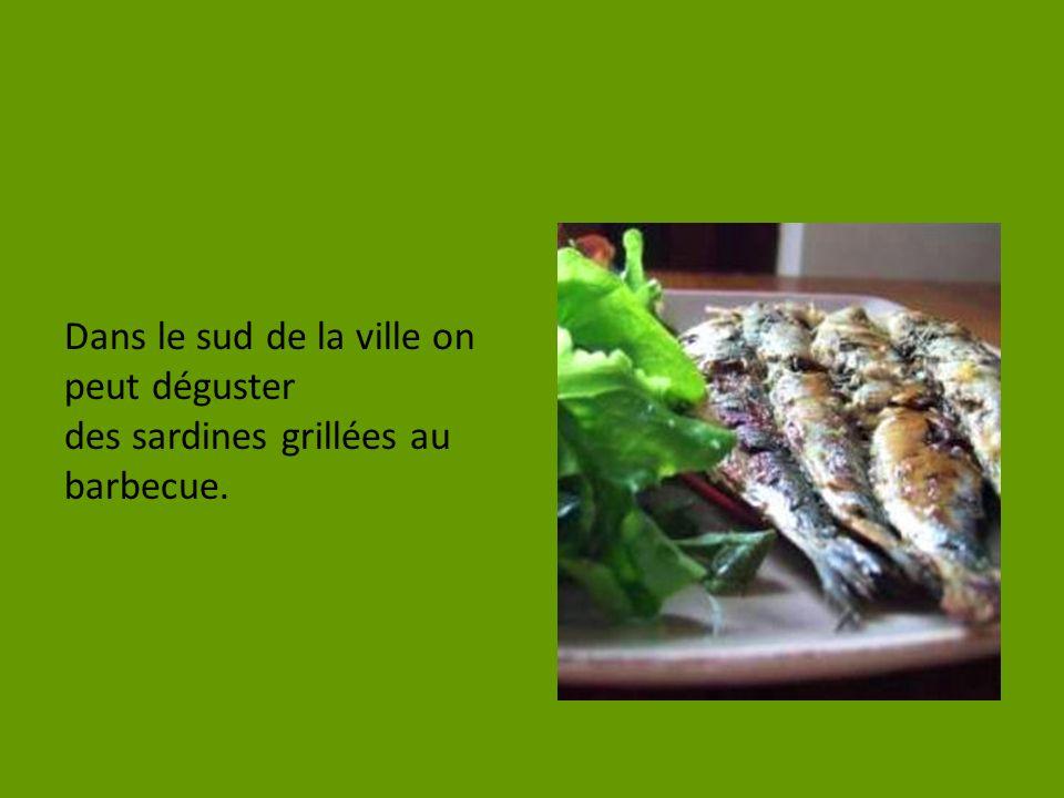 Dans le sud de la ville on peut déguster des sardines grillées au barbecue.
