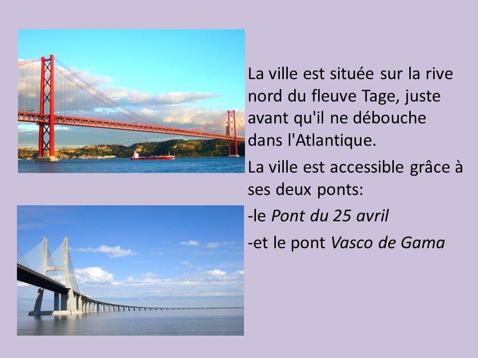 La ville est située sur la rive nord du fleuve Tage, juste avant qu il ne débouche dans l Atlantique.