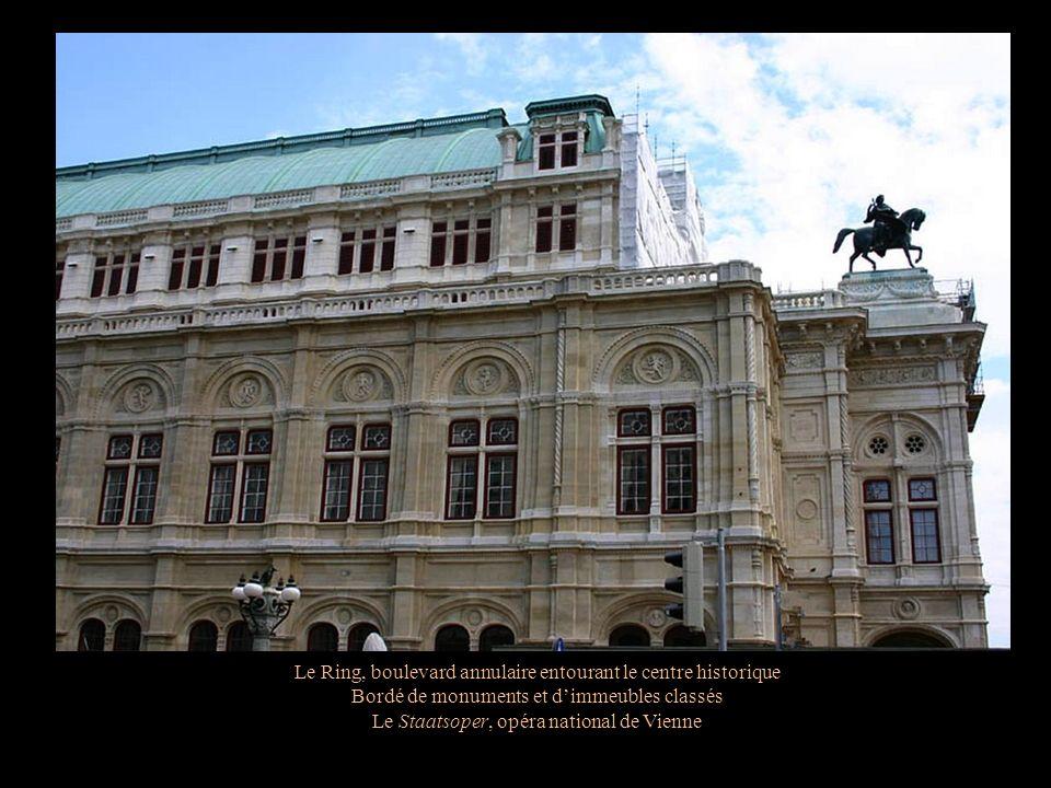 Le Ring, boulevard annulaire entourant le centre historique Bordé de monuments et dimmeubles classés