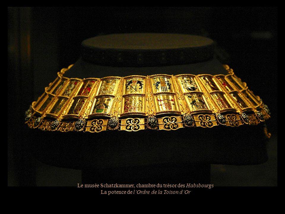 Le musée Schatzkammer, chambre du trésor des Habsbourgs Couronne du Saint-Empire romain germanique du 10 ème siècle