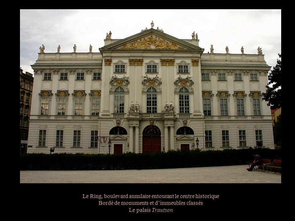Le musée Schatzkammer, chambre du trésor des Habsbourgs Robe du couronnement de lempereur Ferdinand I