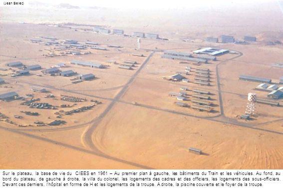 (Jean Bellec) Sur le plateau, la base de vie du CIEES en 1961 – Au premier plan à gauche, les bâtiments du Train et les véhicules. Au fond, au bord du