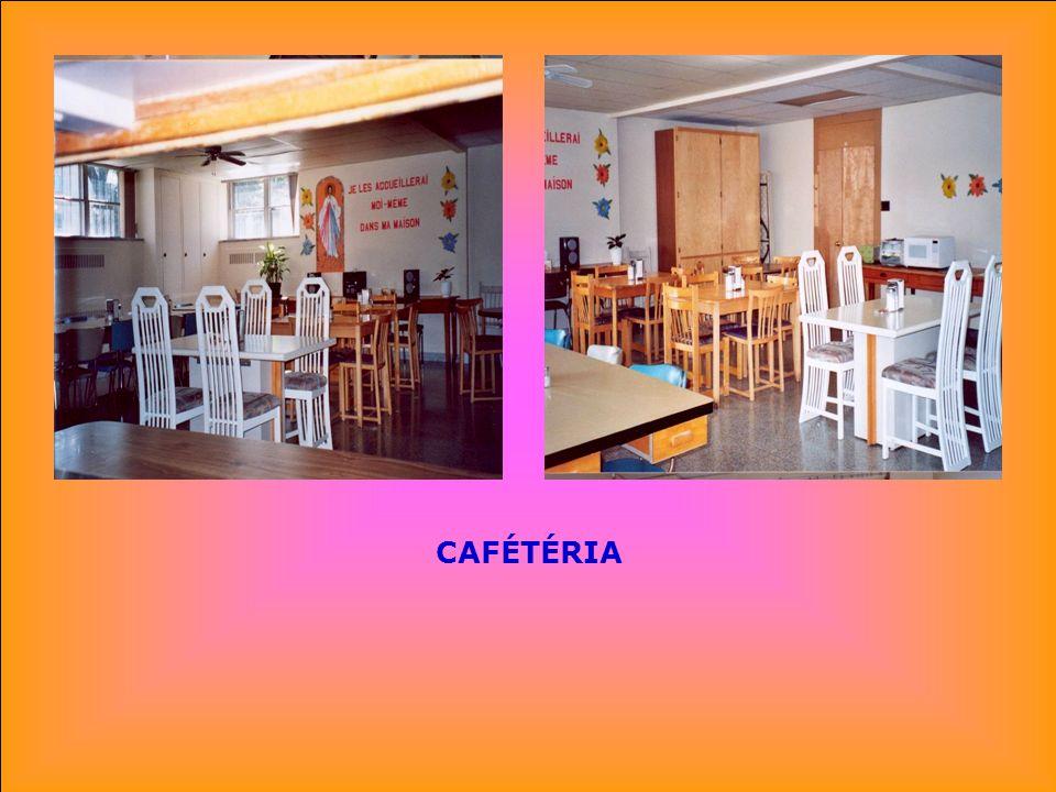 .. SALLE DE CONFÉRENCES À LA CAFÉTÉRIA