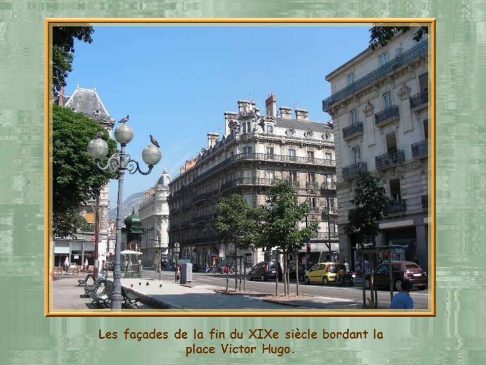 La place Victor Hugo, garnie de marronniers, fut créée en 1885 à lemplacement dun bastion et danciennes casernes.