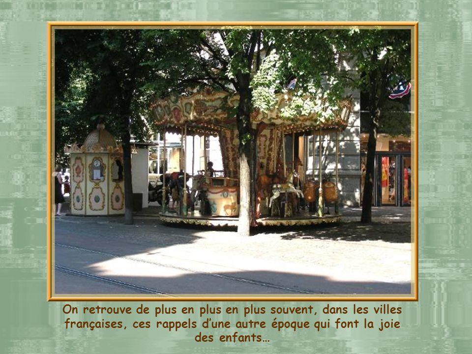 Les façades de la fin du XIXe siècle bordant la place Victor Hugo.