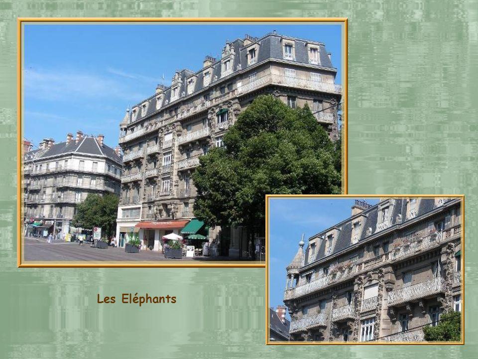 Léglise Saint-Louis qui fut consacrée en 1699. Face à cette église, de lautre côté de la rue, deux immeubles à remarquer, érigés après 1900, dits « De