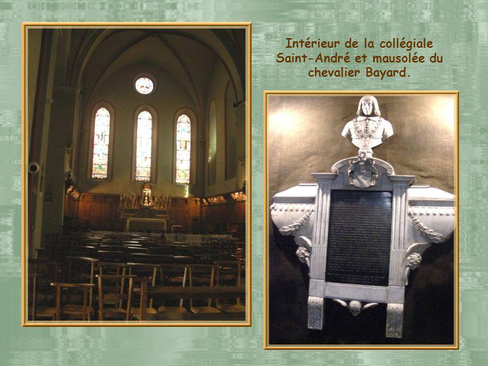 La place de Gordes créée en 1793 à lemplacement de la maison des chanoines de la collégiale Saint-André et… … lélégante flèche gothique de la collégia