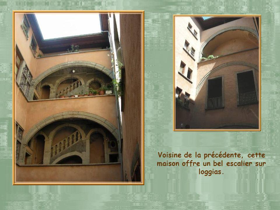 Maison gothique de la rue Chenoise qui fut une importante voie hors remparts jusquau XIVe siècle.