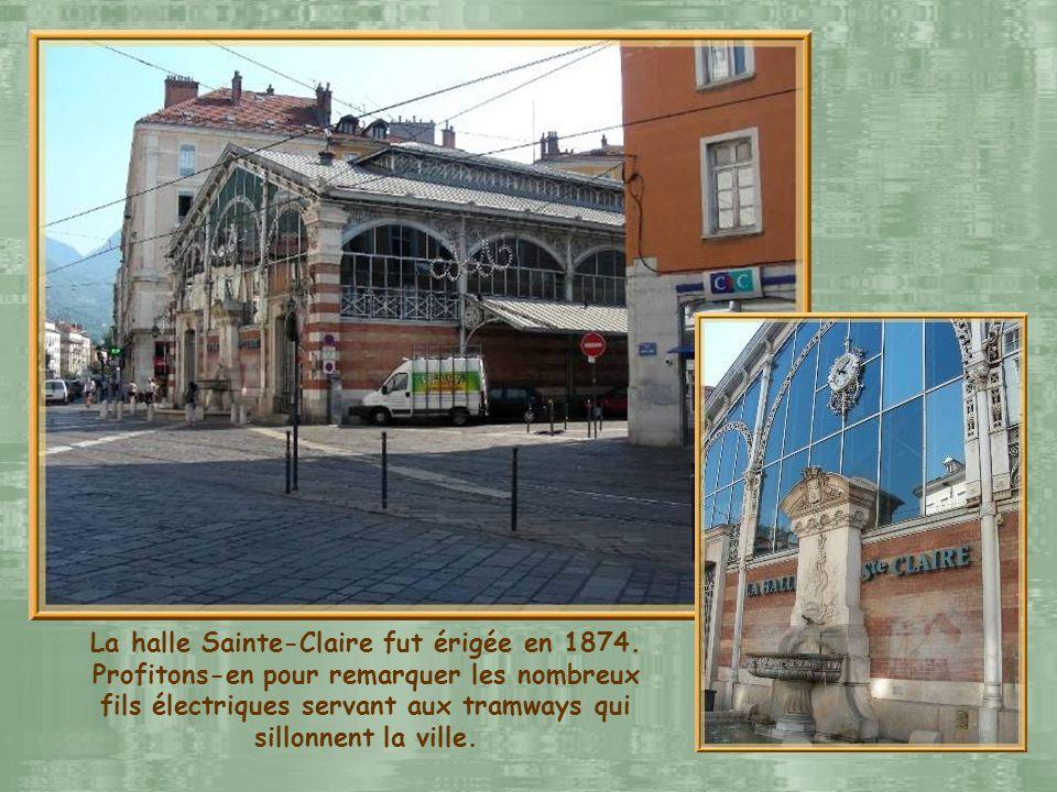 Sur la place Notre-Dame sélève la cathédrale nantie de sa tour-porche du XIIIe siècle. On remarque également la fontaine des trois ordres construite e