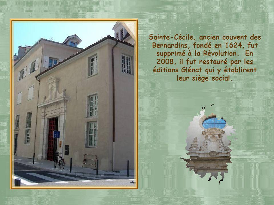 La halle Sainte-Claire fut érigée en 1874. Profitons-en pour remarquer les nombreux fils électriques servant aux tramways qui sillonnent la ville.
