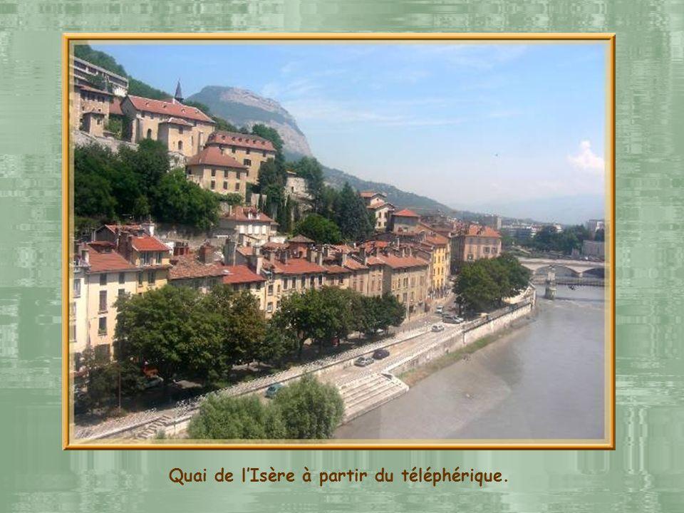 On ne peut imaginer une visite de Grenoble sans une incursion à la Bastille, ancien fort qui domine la ville et en permet les meilleures vues densembl