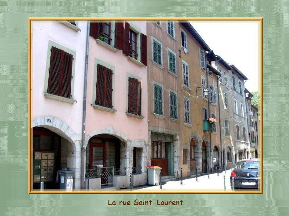 Léglise romane Saint-Laurent, du XIIe siècle dans sa forme actuelle, ne se visite malheureusement pas. Elle est en restauration depuis au moins deux a