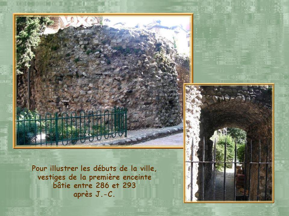 Pour illustrer les débuts de la ville, vestiges de la première enceinte bâtie entre 286 et 293 après J.-C.