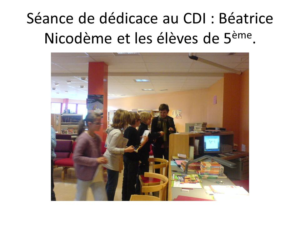 Séance de dédicace au CDI : Béatrice Nicodème et les élèves de 5 ème.