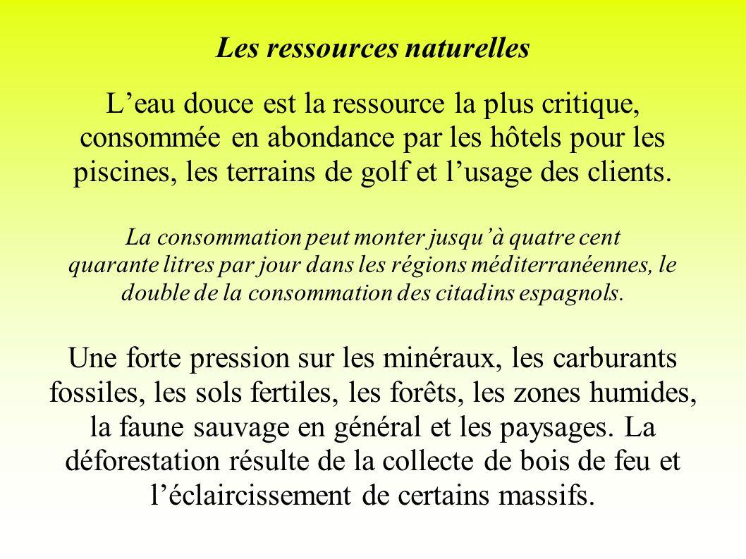 Les ressources naturelles Leau douce est la ressource la plus critique, consommée en abondance par les hôtels pour les piscines, les terrains de golf