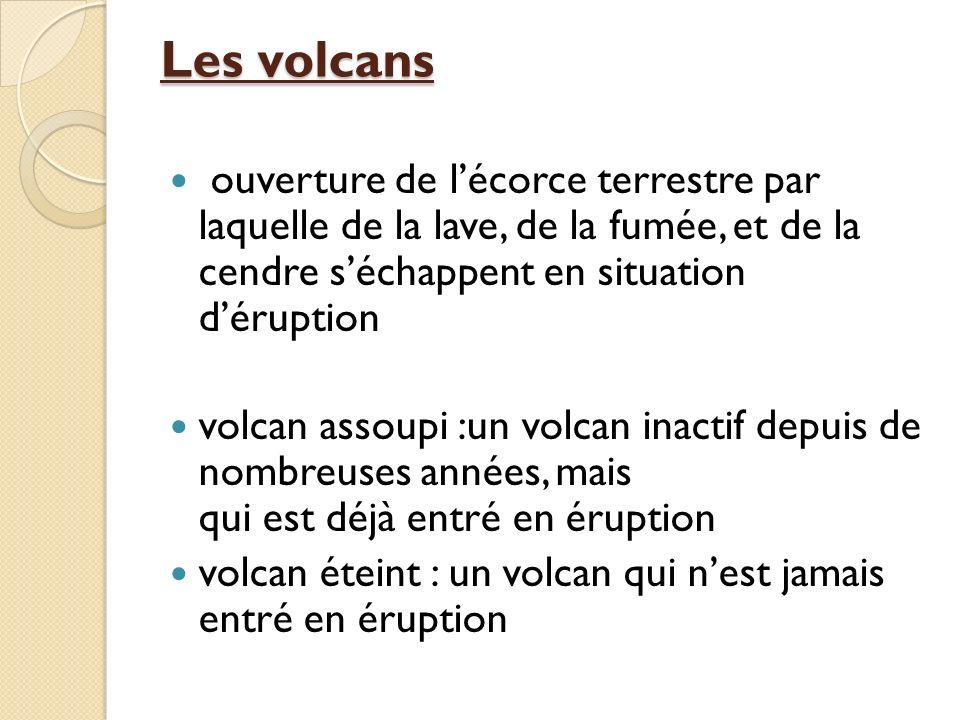 Les volcans ouverture de lécorce terrestre par laquelle de la lave, de la fumée, et de la cendre séchappent en situation déruption volcan assoupi :un