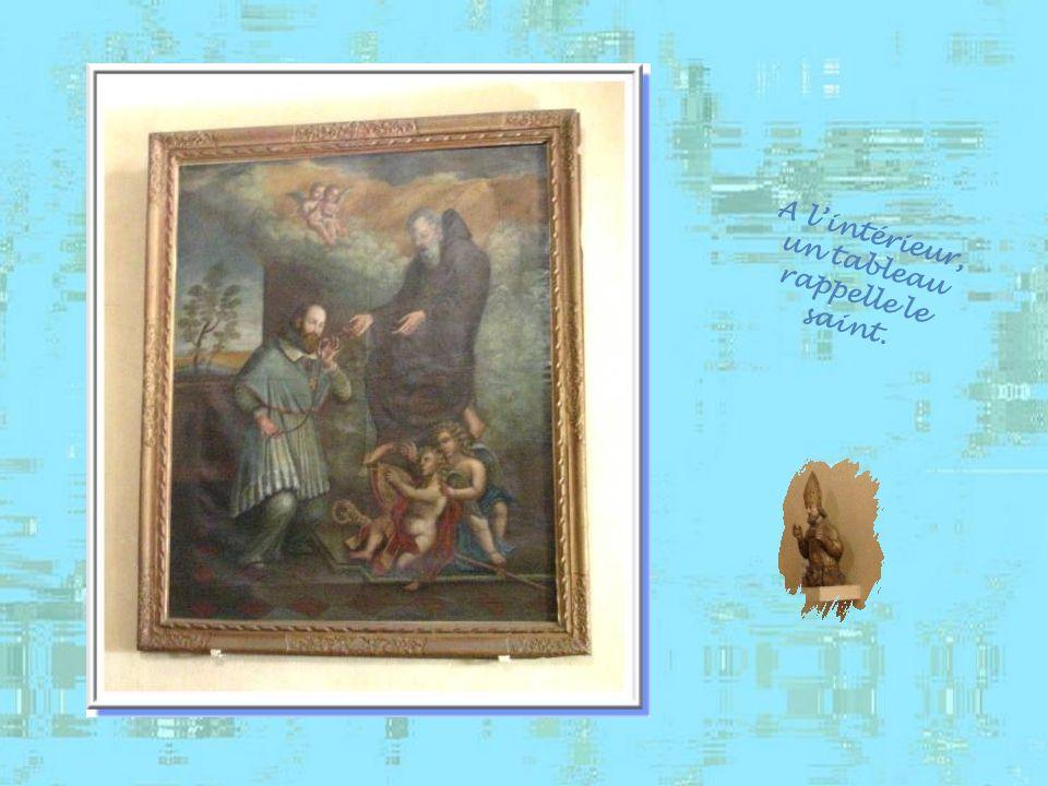 A lintérieur, un tableau rappelle le saint.