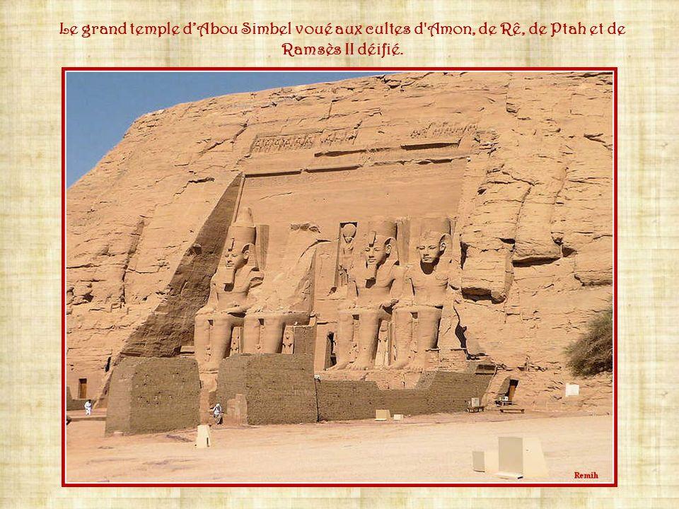 Le temple se compose toujours dune entrée impressionnante et dune grande allée centrale pour le défilé des cortèges durant les cérémonies. Des salles