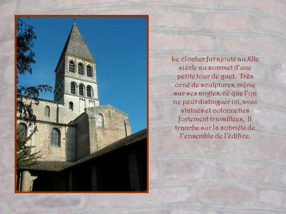 Cet édifice est construit en pierre rosée de Prety, localité voisine de Tournus. Ses murs, dotés de très peu douvertures, paraissent rudes et puissant