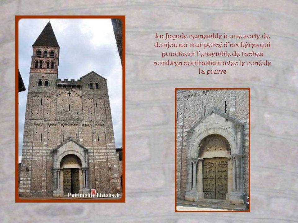 Le clocher fut ajouté au XIIe siècle au sommet dune petite tour de guet. Très orné de sculptures, même sur ses angles, ce que lon ne peut distinguer i