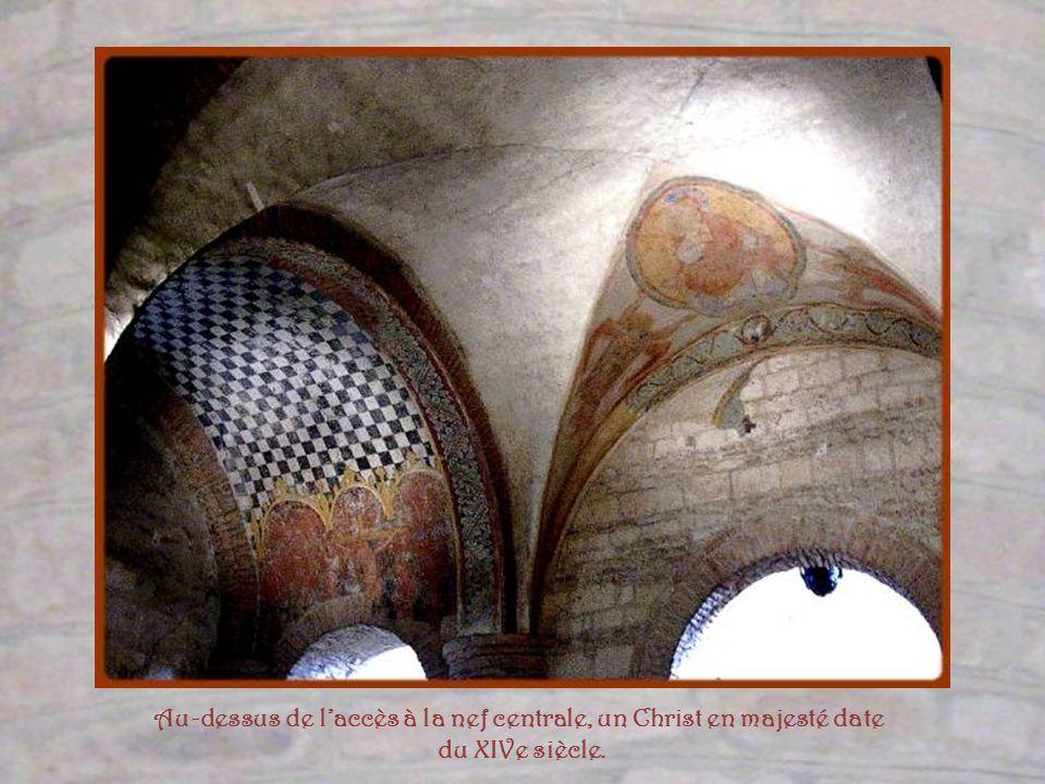 Quatre énormes piliers à tailloirs circulaires divisent le narthex en trois nefs. Une fresque du XIIe siècle et cette voûte du XIVe, ornée dun blason