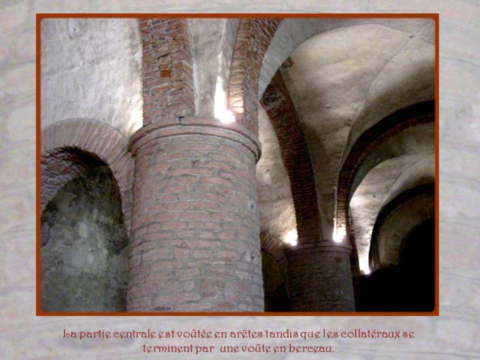Au-dessus de laccès à la nef centrale, un Christ en majesté date du XIVe siècle.