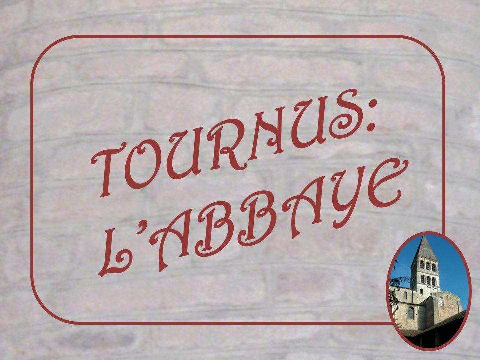 Attenant à léglise, lieu de passage pour atteindre le cloître, le chauffoir des moines a été aménagé en musée lapidaire.